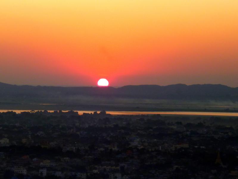 Spektakulärer Sonnenuntergang in Mandalay