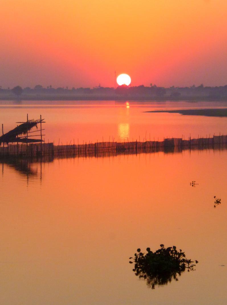 Atemberaubender Sonnenuntergang in Amarapura nahe Mandalay