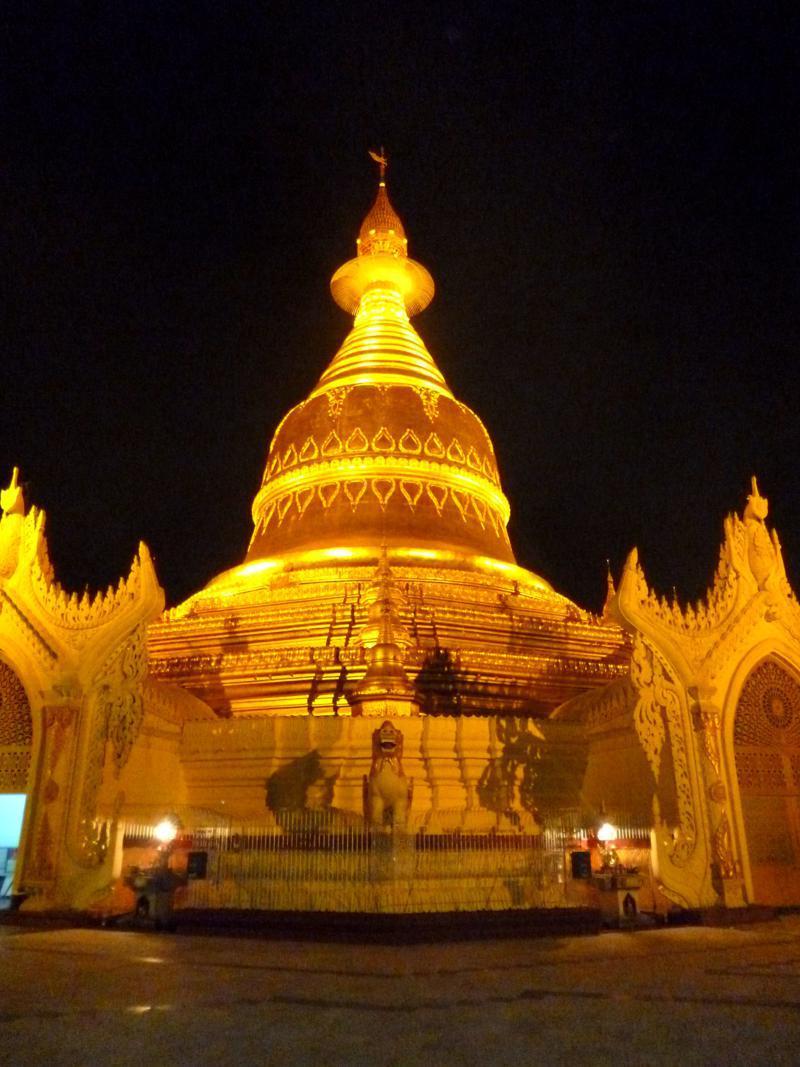 Die Maha Wizaya Pagode in Yangon bei Nacht