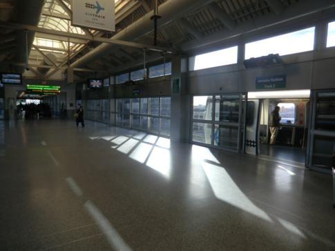 Der AirTrain des Flughafen JFK in der Jamaica Station