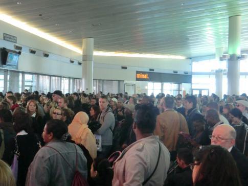 Wartende Menschen auf die Fähre von Manhattan nach Staten Island