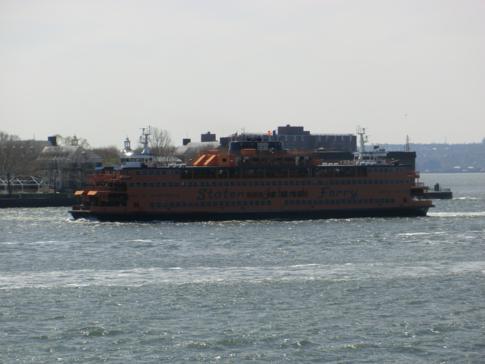 Die Staten Island Ferry verkehrt in der Regel halbstündlich zwischen Manhattan und Staten Island