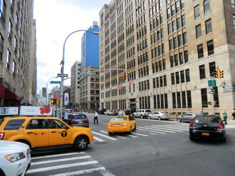 Typisches Bild von Manhattan: gelbe Taxis und hohe Wolkenkratzer