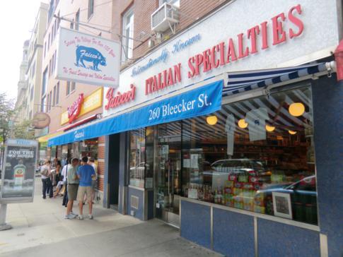 Nette Lädchen und interessante Gebäude in der Bleeker Street im West Village