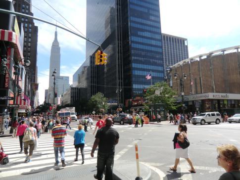 Typisches Bild von Manhattan: viele Leute und hohe Wolkenkratzer