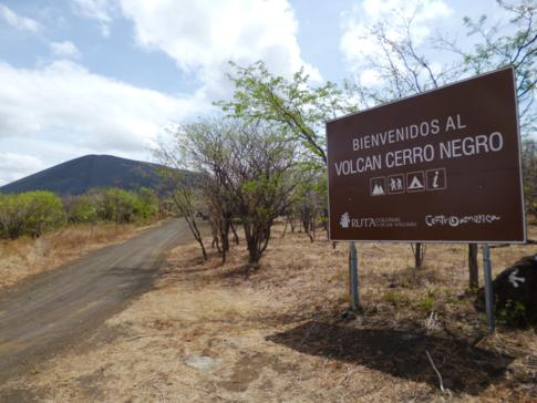 Welcome Sign mit Cerro Negro im Hintergrund