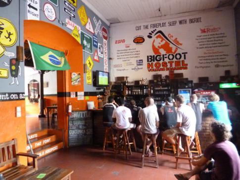 Bar und Treffpunkt im Bigfoot Hostel in Managua