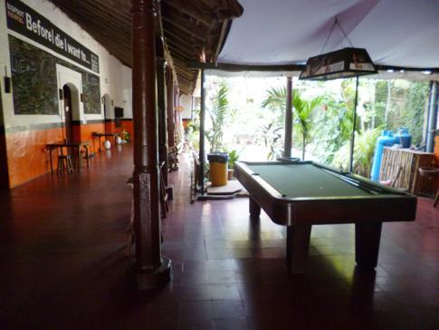 Billardtisch und Freizeitbereich des Bigfoot Hostels in Leon