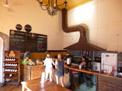 Das gemütliche und günstige Volcano Café im Bigfoot Hostel