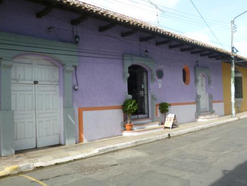 Außenansicht des Hostal El Momento in Granada