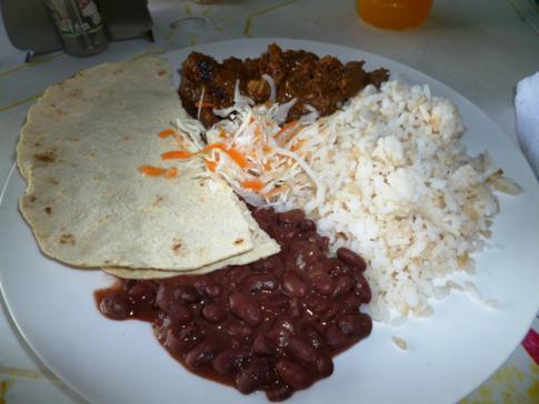 Typisches Mittagessen in Nicaragua: Reis, Bohnen, Hühnchen und Tortilla