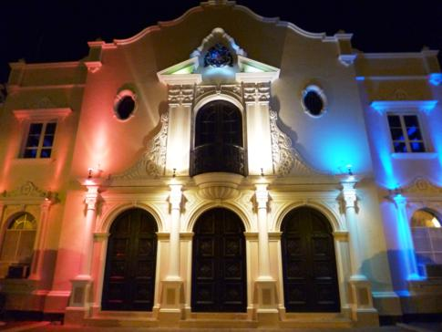 Ein toll beleuchtetes Haus am Abend in der Altstadt