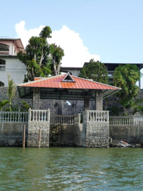 Prachtvolle Paläste, zu sehen während der Bootsfahrt über die Inseln im Nicaragua-See