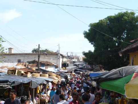 Die Marktstraße von Granada, südlich des Parque Central