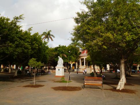 Der Parque Central, zentraler Platz in Granada