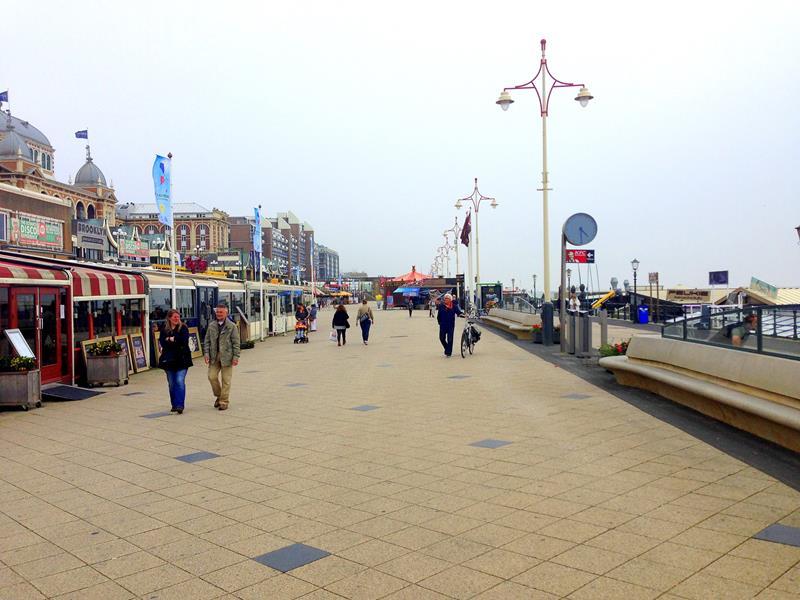 Die Promenada von Scheveningen, dem Küstenort von Den Haag