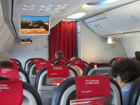 Innenansicht einer modernen Kabine von Norwegian Air Shuttle