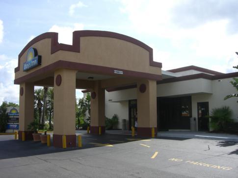 Die Einfahrt des Days Inn Orlando Convention Center