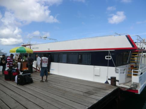"""Die Fähre """"Osprey Express"""" im Hafen von St. George's"""