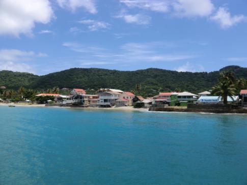 Blick auf die Hauptstadt von Carriacou: Hillsborough