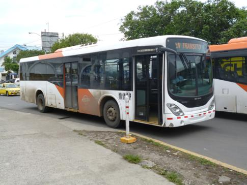 Einer der typischen Busse in Panama City