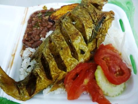Leckeres Mittagessen in Panama: Fisch, Reis und Bohnen