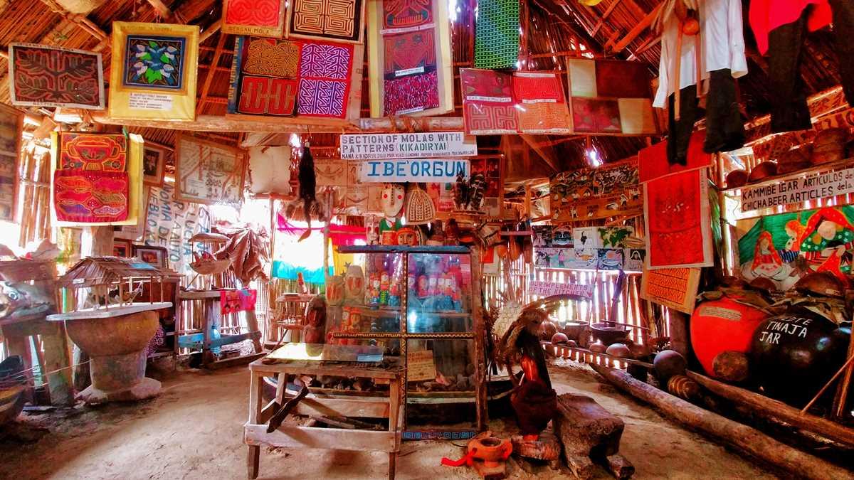 Eine der Hauptinseln der San Blas Inseln mit einem Museum der Kuna Yala