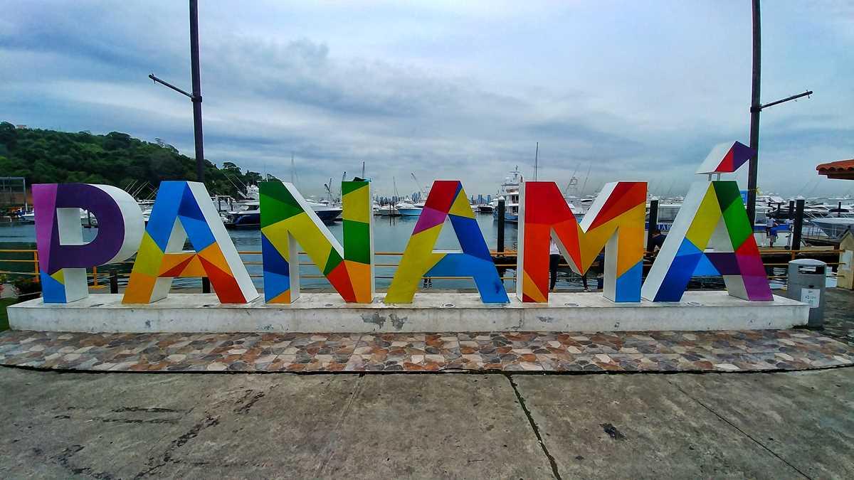 Das Willkommensschild von Panama am Hafen von Panama City