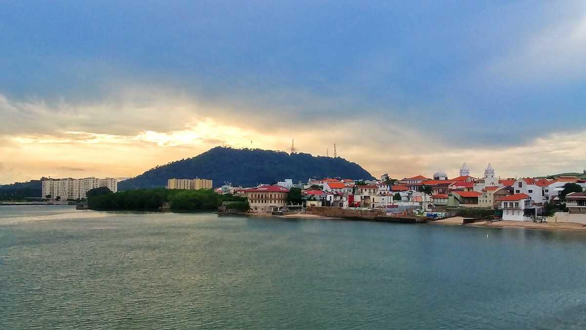Ein Blick von der historischen Altstadt von Panama-Stadt auf den Sonnenuntergang