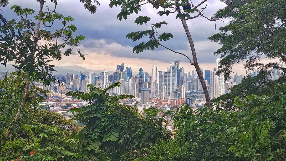 Blick vom Cerro Ancon auf die Skyline von Panama City