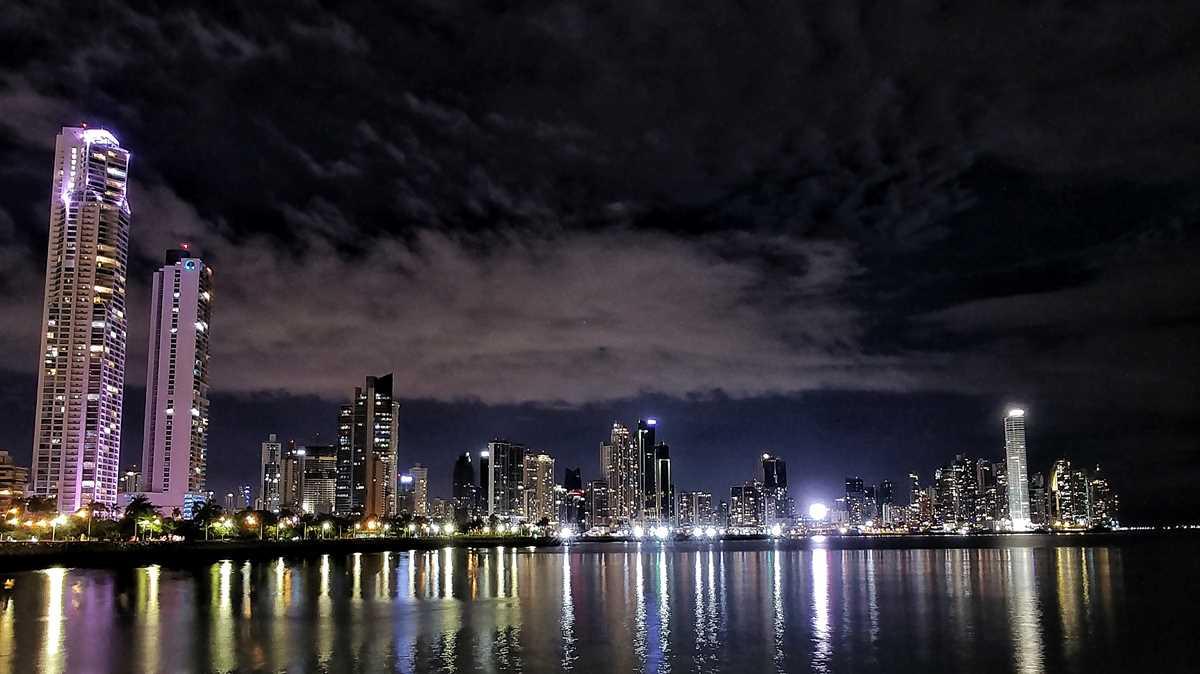 Die Skyline von Panama City bei Nacht