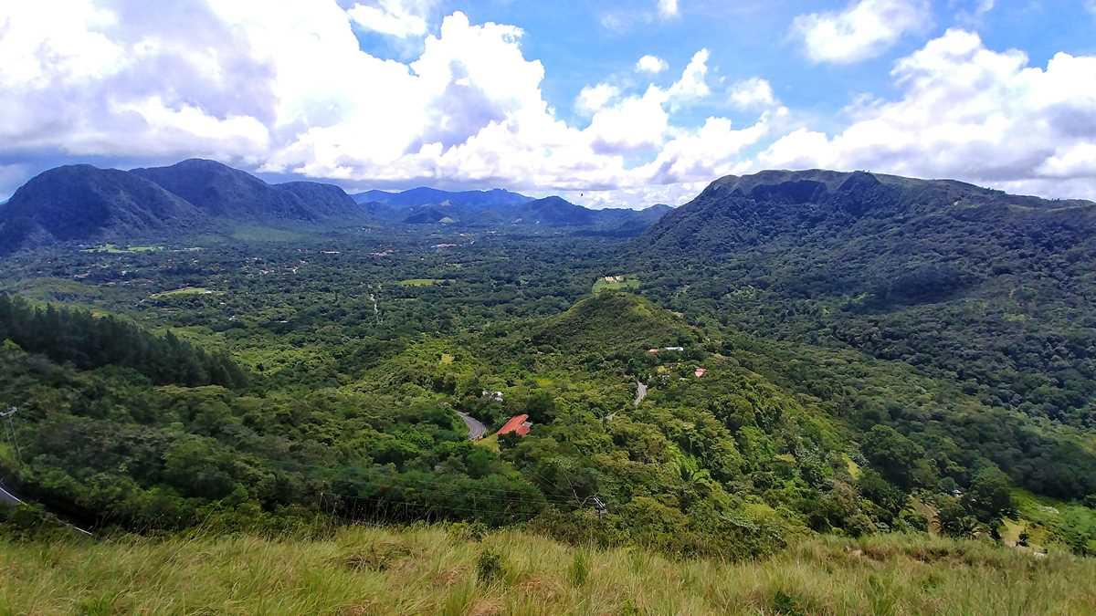 Blick auf das in einem Vulkankrater gelegene El Valle de Anton