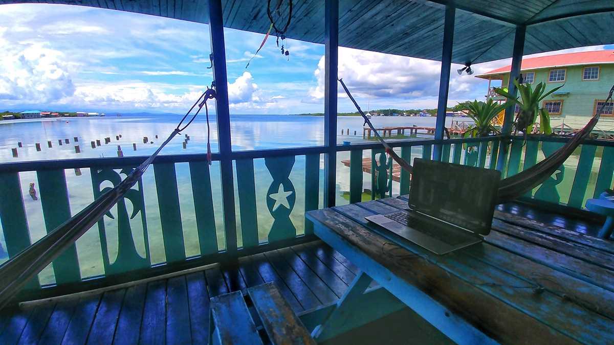 Das Pipa Loca Bay Hostel auf der Isla Colon im Bocas del Toro Archipel in Panama