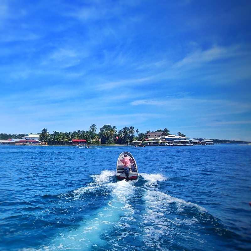 Ein Wassertaxi auf dem Weg von der Isla Colon zur Isla Caranero