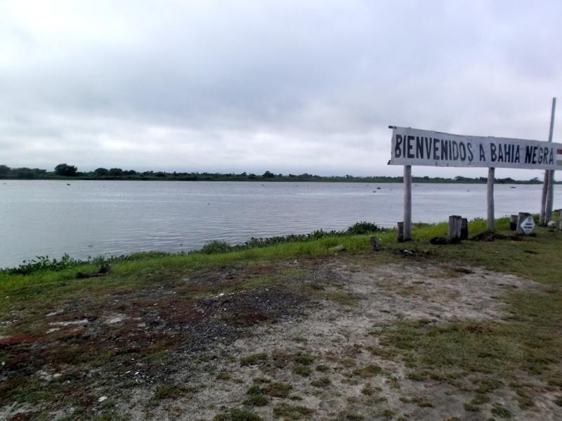 Das Willkommensschild zu Paraguay in Bahia Negra am Rio Paraguay