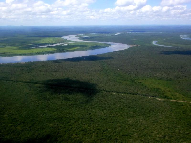 Blick auf dem Flug von Bahia Negra nach Vallemi auf den Rio Paraguay