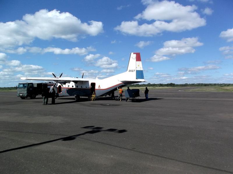 Die Militärmaschine von SETAM auf dem Flughafen von Concepcion