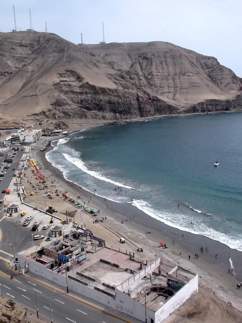 Einer der Stadtstrände in Perus Hauptstadt Lima im Stadtviertel Chorrillos