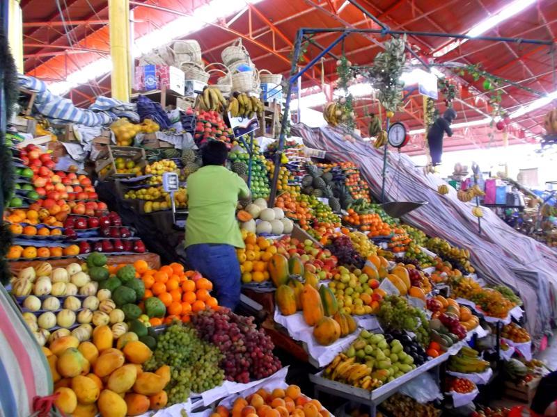 Der bunte Markt von Arequipa mit vielen tropischen Früchten