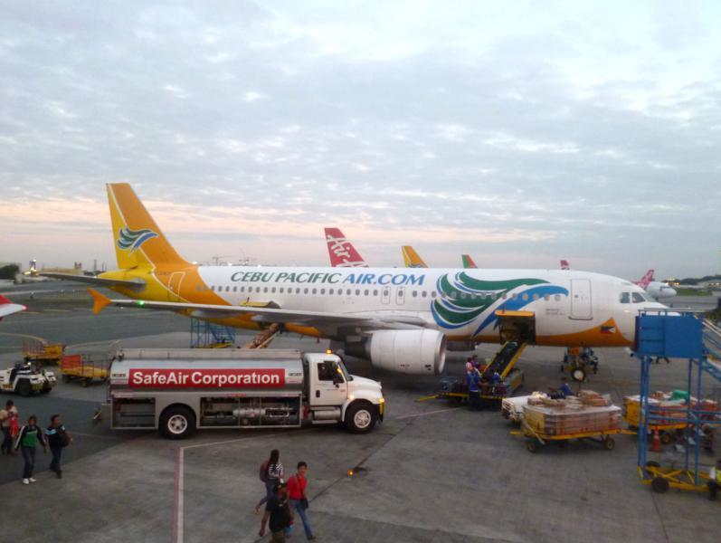 Eine Maschine von Cebu Pacific am Flughafen von Manila