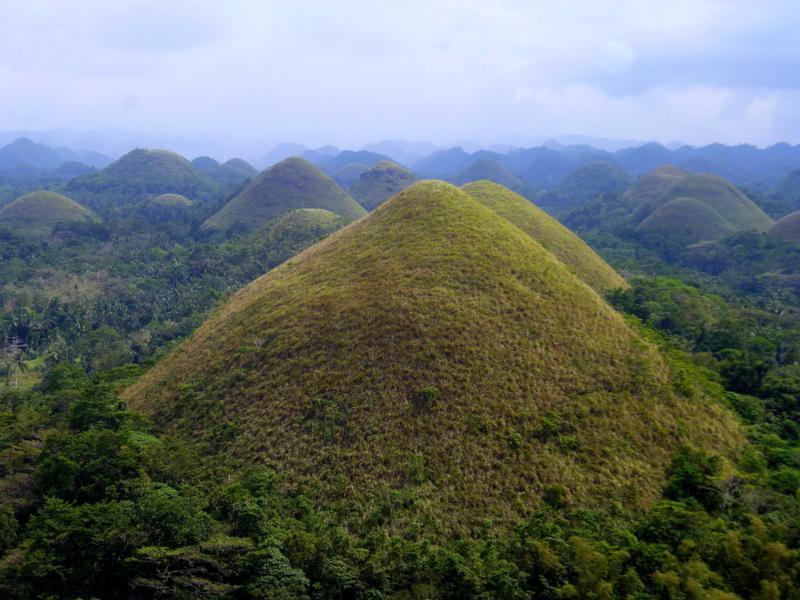 Die Chocolate Hills von Bohol, eine berühmte Sehenswürdigkeit der Philippinen