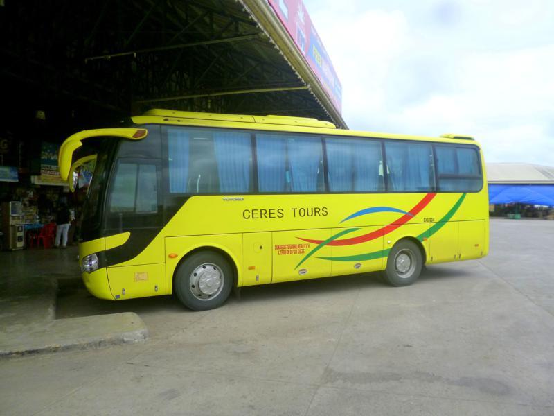 Ein eher moderner Bus am Terminal von San Carlos auf Negros