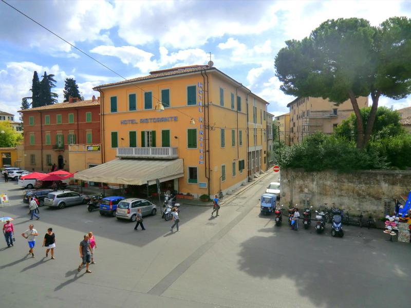 Ausblick vom Balkon unseres Doppelzimmers auf die Straßen von Pisa