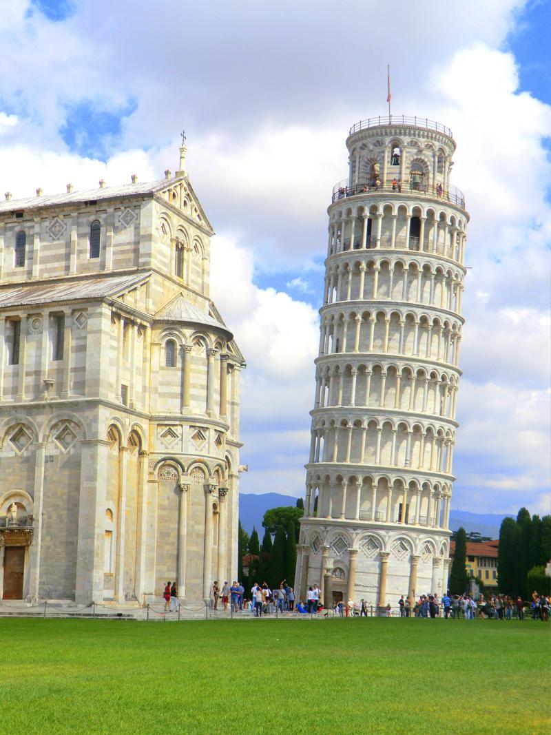 Der schiefe Turm von Pisa auf der Piazza del Duomo