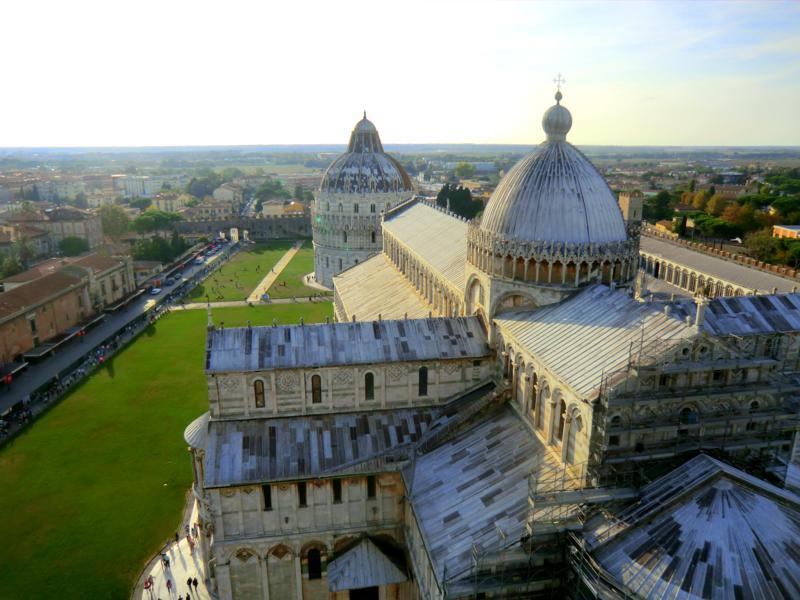 Aussicht vom Schiefen Turm von Pisa auf den Dom der Stadt