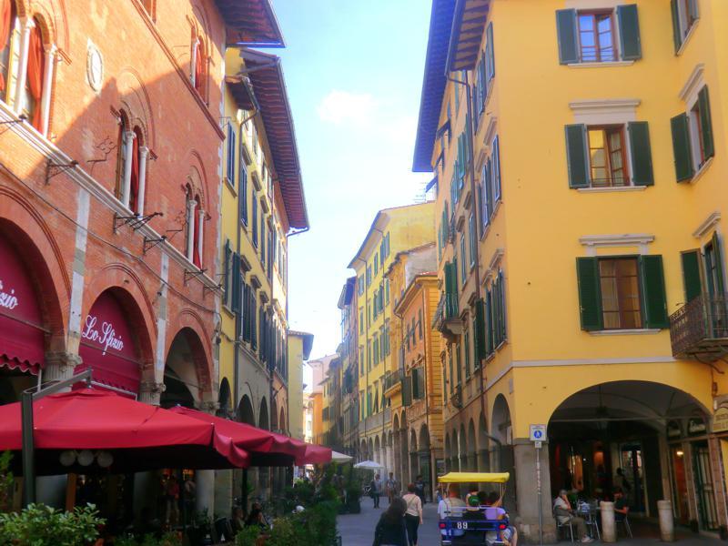 Die wunderhübsche und kleine Altstadt von Pisa in der Toskana