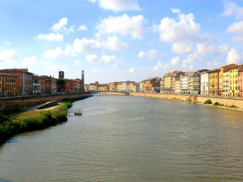Der Arno durchfließt die Altstadt von Pisa
