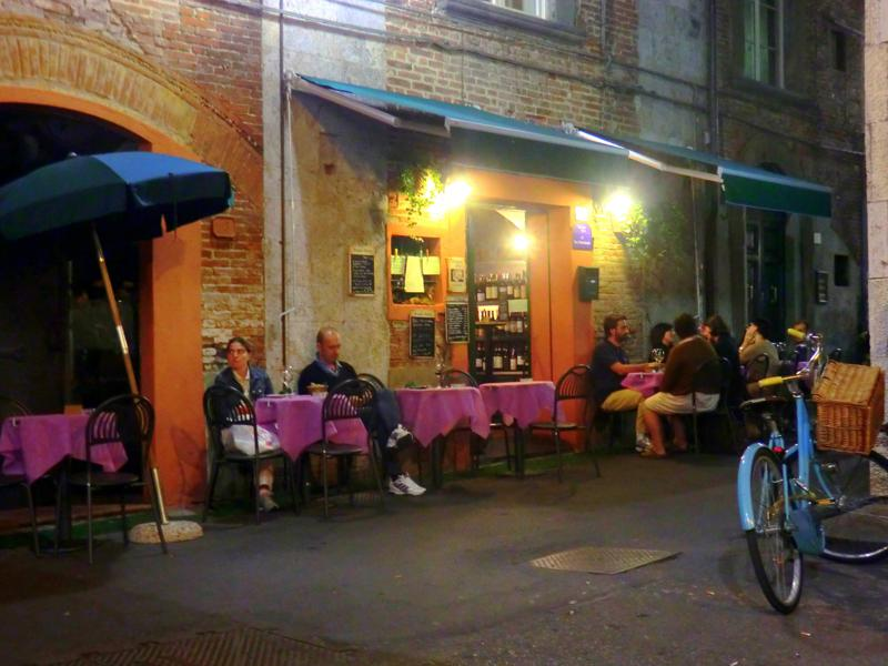 Viele kleine Kneipchen locken am Abend zu Pizza, Pasta und Wein