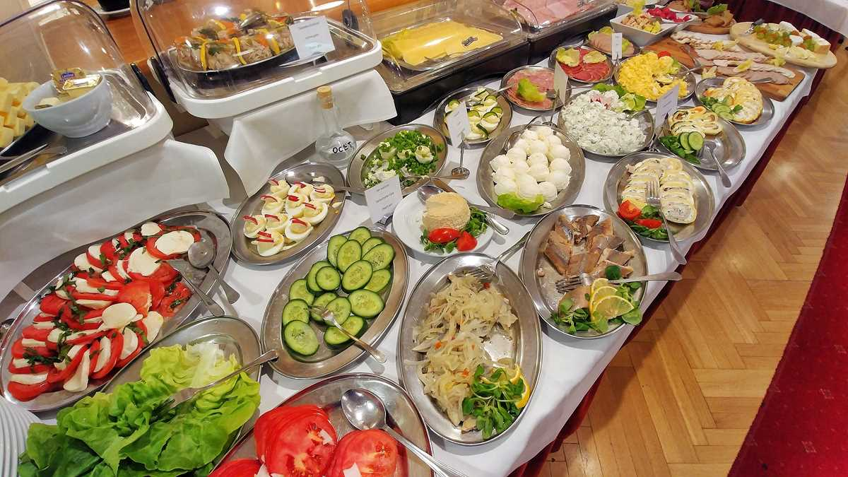 Ein riesiges Frühstücksbuffet im Hotel Konradowka
