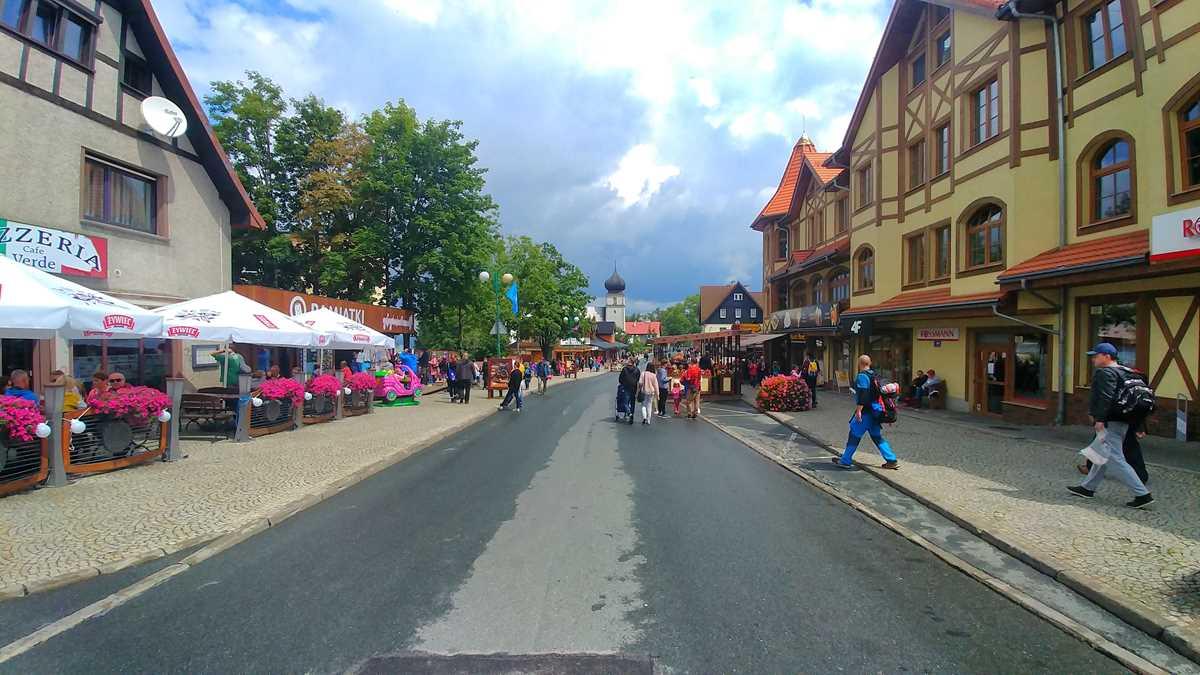 Die Fußgängerzone von Karpacz im Südwesten von Polen